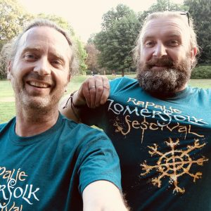Maceal and William with Zomerfolk tshirt